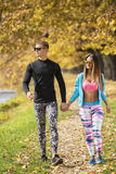 Beaux jeunes couples marchant ensemble en parc Photos libres de droits