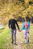 Beaux jeunes couples marchant ensemble en parc Photographie stock libre de droits