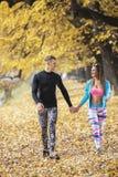 Beaux jeunes couples marchant ensemble en parc Images stock