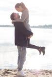 Beaux jeunes couples marchant le long de la plage un automne ensoleillé de journée de printemps Image libre de droits