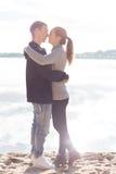 Beaux jeunes couples marchant le long de la plage un automne ensoleillé de journée de printemps Photographie stock