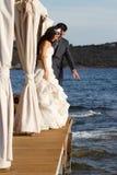Beaux jeunes couples posant à l'extérieur photo libre de droits