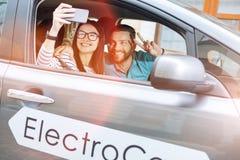 Beaux jeunes couples posant pour des selfies ensemble Photo stock