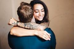 Beaux, jeunes couples posant sur l'appareil-photo à l'intérieur photo libre de droits