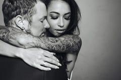 Beaux, jeunes couples posant sur l'appareil-photo à l'intérieur images libres de droits