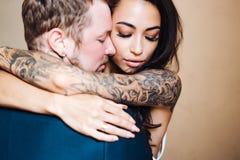 Beaux, jeunes couples posant sur l'appareil-photo à l'intérieur image stock