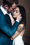 Beaux, jeunes couples posant sur l'appareil-photo à l'intérieur photographie stock libre de droits