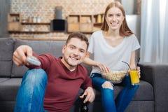 Beaux jeunes couples profitant d'un agréable moment tout en observant des films Photos libres de droits