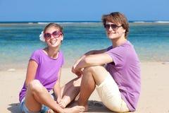 Beaux jeunes couples reposant et ayant l'amusement en fonction Photos stock