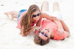 Beaux jeunes couples reposant et ayant l'amusement en fonction Image stock