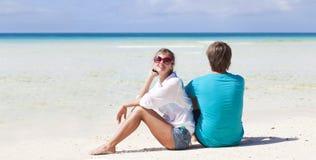 Beaux jeunes couples reposant et ayant l'amusement en fonction Images libres de droits