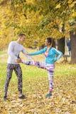 Beaux jeunes couples s'étendant ensemble et se préparant à la course Photo stock