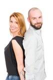 Beaux jeunes couples se tenant de nouveau au dos Image libre de droits