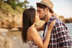 Beaux jeunes couples se tenant et embrassant sur la plage Photographie stock