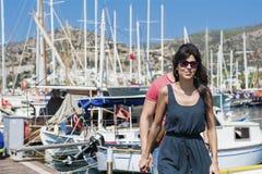 Beaux jeunes couples souriant sur un port Photos stock