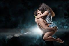 Beaux jeunes couples sportifs un homme et une femme Photographie stock libre de droits
