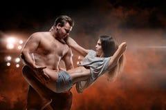Beaux jeunes couples sportifs un homme et une femme Photo libre de droits