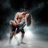 Beaux jeunes couples sportifs un homme et une femme Images stock