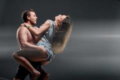 Beaux jeunes couples sportifs un homme et une femme Photos stock