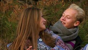 Beaux jeunes couples sur la nature banque de vidéos