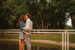 Beaux jeunes couples sur le bord de mer Photo libre de droits