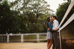 Beaux jeunes couples sur le bord de mer Photographie stock