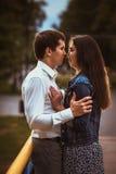 Beaux jeunes couples sur le bord de mer Images stock