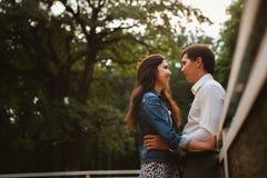 Beaux jeunes couples sur le bord de mer Photographie stock libre de droits
