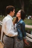 Beaux jeunes couples sur le bord de mer Photos libres de droits
