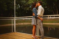 Beaux jeunes couples sur le bord de mer Photos stock