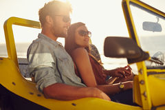 Beaux jeunes couples sur un voyage par la route Photos libres de droits