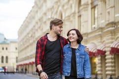 Beaux jeunes couples sur une promenade dans la ville Images libres de droits