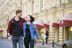 Beaux jeunes couples sur une promenade dans la ville Image stock