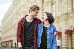 Beaux jeunes couples sur une promenade dans la ville Photographie stock