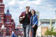 Beaux jeunes couples sur une promenade dans la ville Photo libre de droits