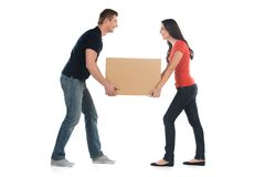Beaux jeunes couples tenant la grande boîte lourde Photographie stock