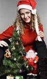 beaux jeunes de femme d'arbre de Noël photo libre de droits