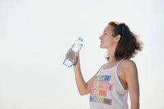 beaux jeunes de femme d'eau potable photographie stock libre de droits