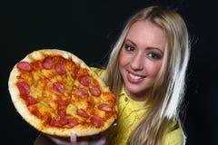 beaux jeunes de femme de pizza de consommation Photo libre de droits