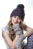 beaux jeunes de l'hiver de chapeau de fille photographie stock libre de droits