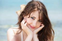 beaux jeunes de sourire de femme image libre de droits
