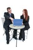 Beaux jeunes femme et homme d'affaires au Tableau avec l'ordinateur portatif Image stock