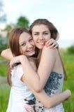Beaux jeunes femmes étreignant à l'extérieur Photos stock