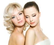 Beaux jeunes femmes adultes posant sur le blanc Image libre de droits