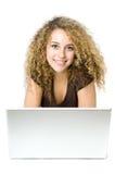 Beaux jeunes femmes sur l'ordinateur Image stock