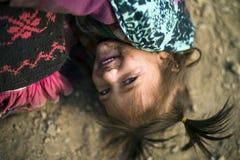 Beaux jeunes jeu et configuration asiatiques de fille sur le plancher Yeux magnifiques avec les cheveux attachés de tresse photos stock