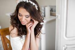 Beaux jeunes maquillage et coiffure de mariage de jeune mariée image stock