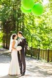 Beaux jeunes mariés heureux élégants, épousant des célébrations extérieures image stock