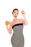 beaux jeunes oranges de femme Image stock