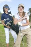 Beaux joueurs de golf pendant une pièce de golf Image libre de droits